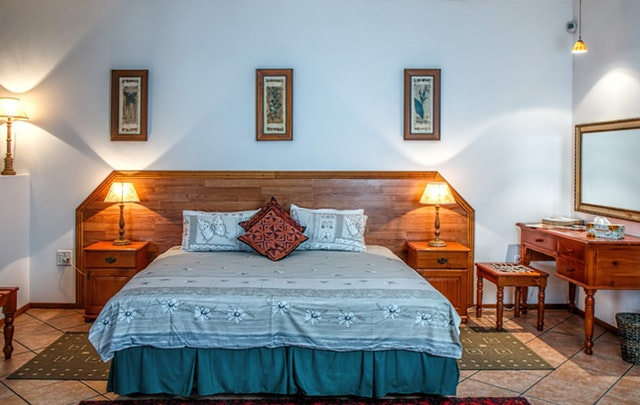 ložnice s manželskou postelí v rustikálním provedení