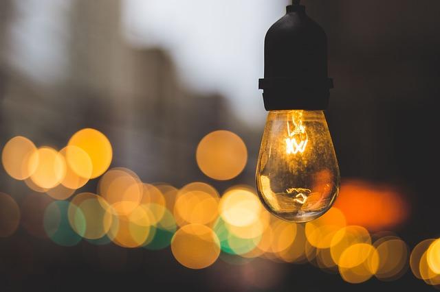 rozsvícená visící žárovka